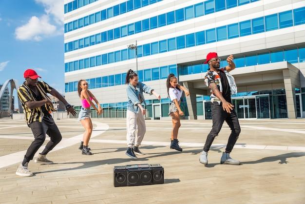 힙합 승무원 춤의 다민족 그룹