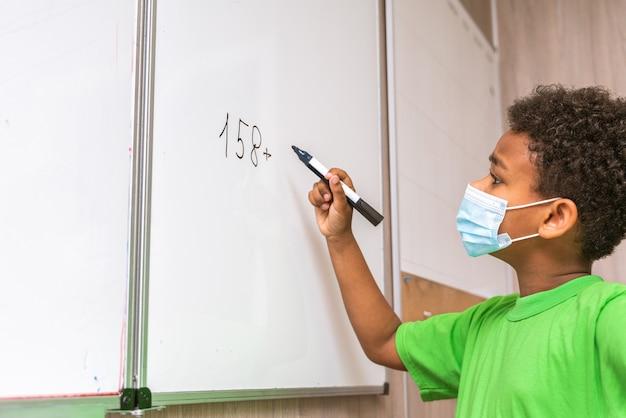 초등학교에서 아이들의 다인종 그룹 학교 시간을 즐기는 장난기 많은 학생