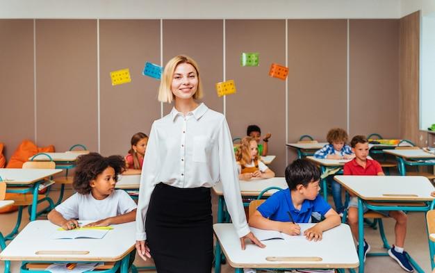 Многорасовая группа детей в начальной школе