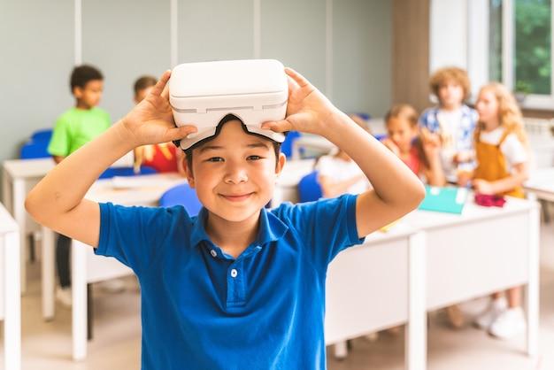 小学校の子供たちの多民族グループ