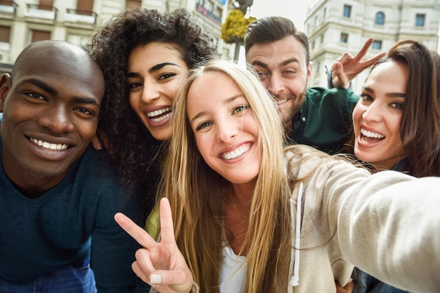 Selfie를 복용하는 젊은 사람들의 다민족 그룹