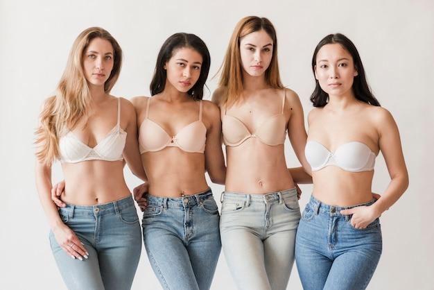 카메라를보고 브래지어를 착용하는 젊은 여성의 다민족 그룹