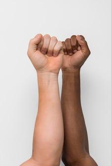 一緒に来る多民族の手