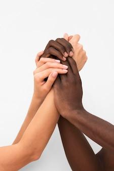 Многорасовые руки собираются вместе