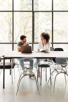 Многорасовые люди, взаимодействующие в офисе коворкинг-лофт вертикальная деловая встреча копирование пространства