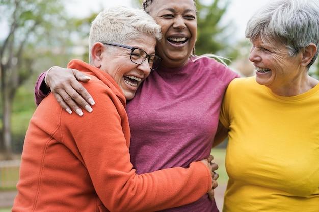 스포츠 운동 야외 후 함께 재미 다민족 노인 여성-오른쪽 여성 얼굴에 주요 초점