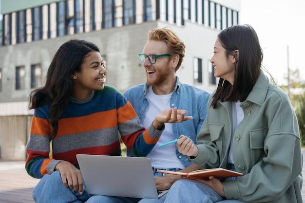 一緒に勉強している多民族の笑顔の学生