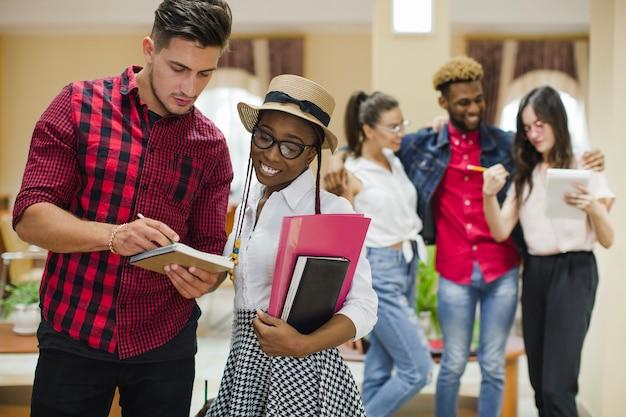 Многорасовые студенты, работающие с ноутбуком