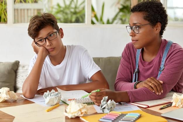 多民族のティーンエイジャーは一緒に宿題をします