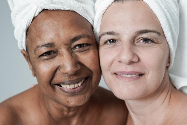 一緒に美容の日をしている多民族の女性-カメラで見ているさまざまな肌の色の成熟した人々
