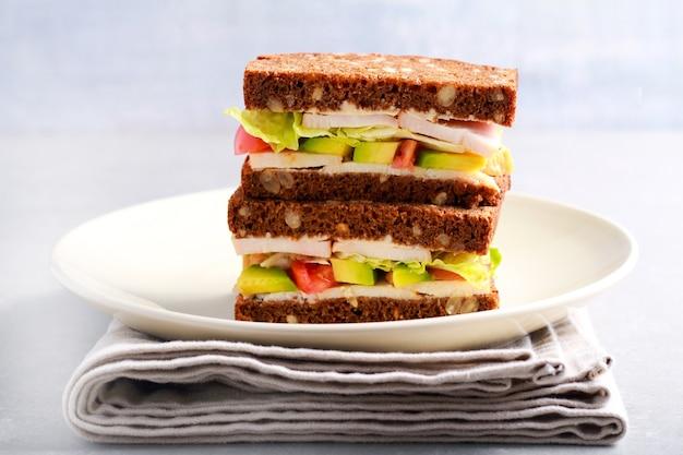 Куриная грудка, копченая куриная грудка с несколькими семенами и авокадо, сэндвич с помидорами