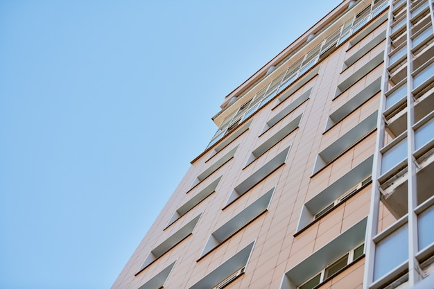 Многоэтажное здание и голубое небо.