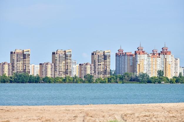 Многоэтажное здание с видом на реку