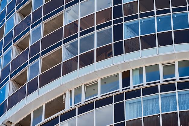 Многоэтажный дом с окнами