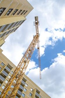 Строящиеся многоэтажные дома и большие краны