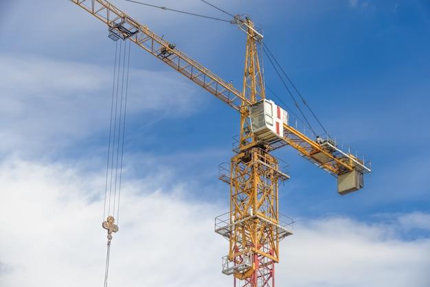 Строящиеся многоэтажные дома и строительные краны