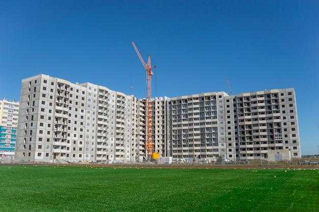 建設中の高層住宅と産業用建設用クレーン