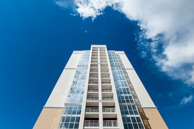 Многоэтажный жилой дом на фоне голубого неба