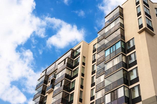 Многоэтажное жилое или бизнес-современное здание с голубым небом