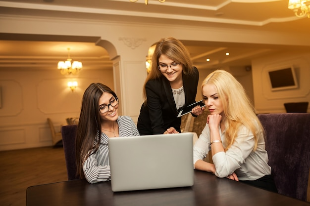 Многозадачность корпоративных бизнесменов технологии человек улыбается