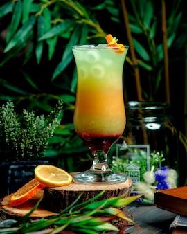 Cocktail multivitaminico con ghiaccio sul tavolo
