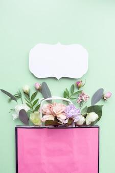 緑の背景に多目的生花組成物。国際女性の日、母の日の挨拶のコンセプト。スペースをコピーし、クローズアップ、上面図、フラットレイ、背景。