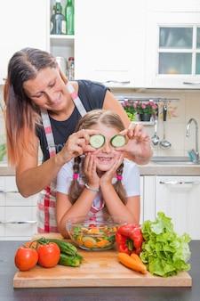 집에서 함께 요리하는 엄마와 딸