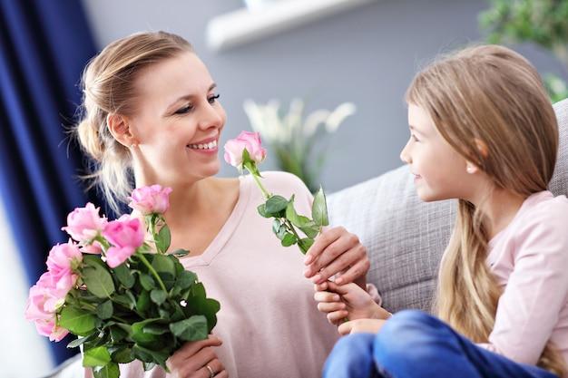 Мама и дочь празднуют день матери