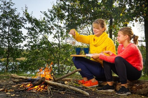 Мама и дочь проводят время вместе в лесу