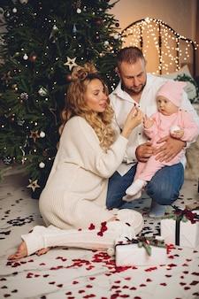 Mamma e papà gioiscono con il loro bambino con gli stessi indumenti da notte
