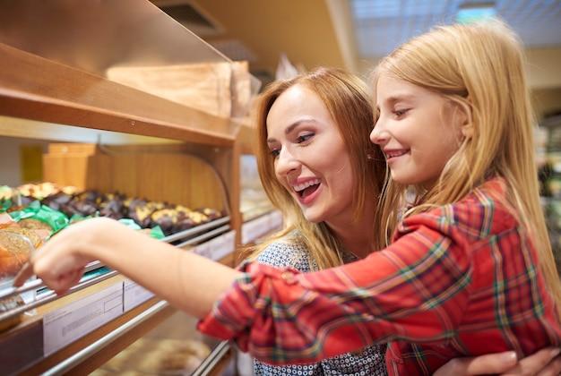 Мама и дочь веселятся во время покупок