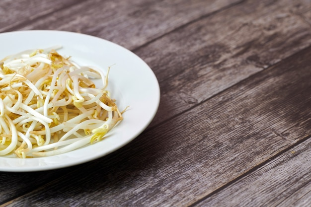 Ростки фасоли мунг в тарелке. сырая органическая здоровая пища. традиционное овощное блюдо в восточной азии.