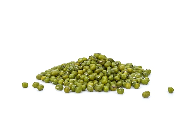 白い背景で分離された緑豆(vigna radiata)の種子。