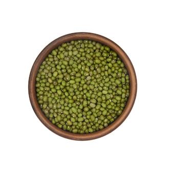 白い背景、上面図に分離されたシンプルな粘土ボウルの緑豆
