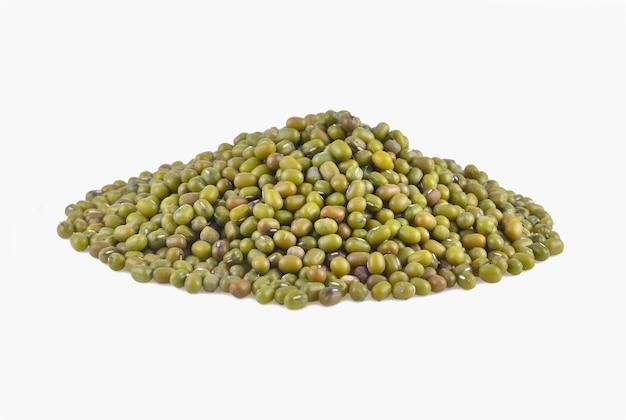 白い背景に分離された緑豆