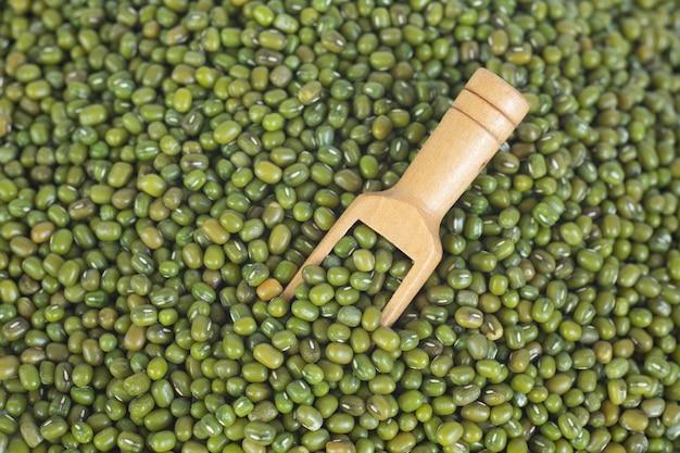 クローズアップショットと木のスプーンの緑豆。