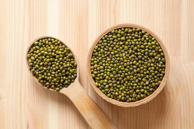 木製のテーブルの緑豆