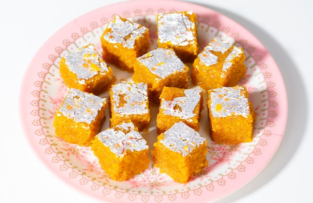 インドの甘い食べ物mung dal chakkiまたはmoong dal barfi白