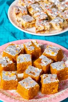 Индийские сладкие блюда mung dal chakki с сухими фруктами без сахара
