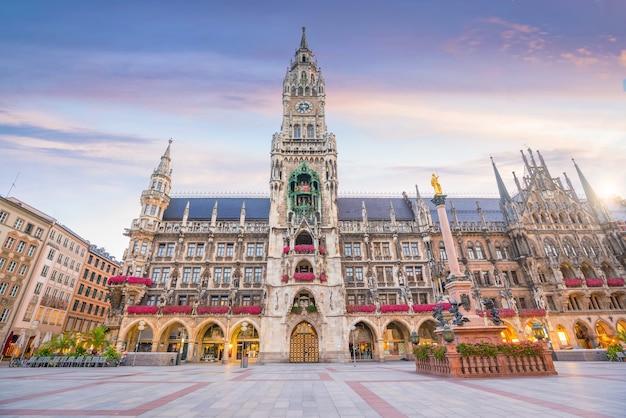 ドイツのマリエン広場の市庁舎とミュンヘンのスカイライン