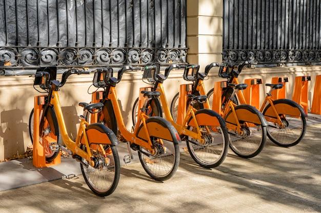 市営自転車レンタルステーション。健康的で生態学的な輸送形態。サテライトロケーター付き自転車。 Premium写真