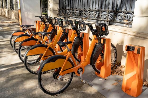 市営自転車レンタルステーション。健康的で生態学的な輸送形態。サテライトロケーター付き自転車。