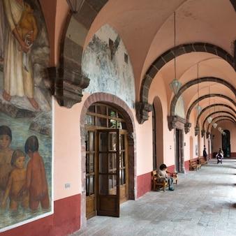 Фрески по коридору университетской школы изобразительных искусств, сан-мигель-де-альенде, гуанахуато, мексика