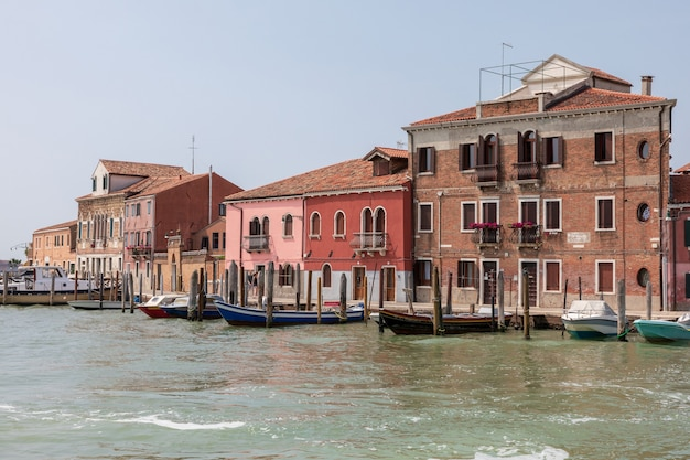 Мурано, венеция, италия - 2 июля 2018: панорамный вид на остров мурано - это серия островов, соединенных мостами в венецианской лагуне, северная италия. летний солнечный день и голубое небо