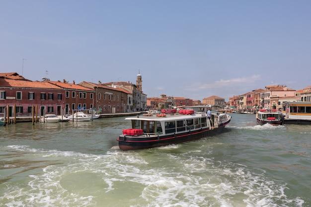 무라노, 베니스, 이탈리아 - 2018년 7월 2일: 무라노 섬의 탁 트인 전망은 이탈리아 북부의 베네치아 석호에 있는 다리로 연결된 일련의 섬입니다. 여름 화창한 날과 푸른 하늘