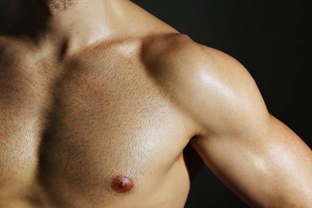 근육 젊은 남자가 가까이