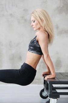筋肉の運動選手の女性トレーニング