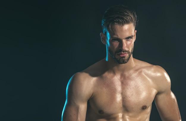Мышцы шесть пачек пресса, бицепса, трицепса, бодибилдинга, спортивного парня, портрет красивого мускулистого атлетика