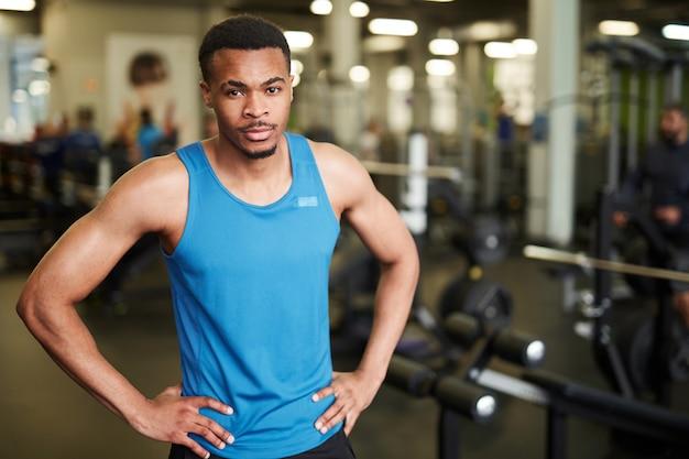 ジムで筋肉のアフリカのコーチ