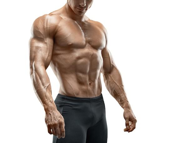 Мускулистая и подтянутая молодая модель фитнеса культуриста изолирована